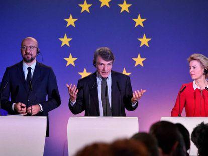Charles Michel, David Sassoli y Ursula von der Leyen en rueda de prensa en Bruselas.