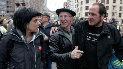 El dirigente 'abertzale' Taso Erkizia, en el centro, abraza a David Fernández, de la CUP, en presencia de Anna Gabriel, también miembro de la formación anticapitalista, en enero de 2016.