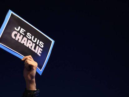 El lema 'Je suis Charlie', que surgió en apoyo de la publicación tras el atentado, en 2015.