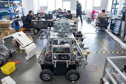 Robot policía (con los circuitos a la vista) armado con un táser.