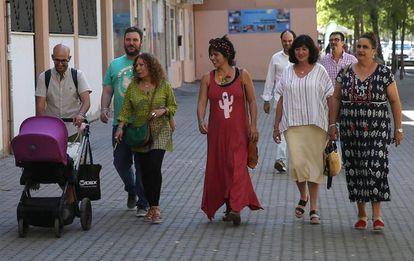 Teresa Rodríguez (en el centro) llega a la sede de IU Andalucía de Sevilla, este martes.
