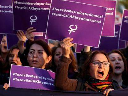La oposición acusa al Gobierno de legalizar la violación. EL PAIS inicia una serie para radiografiar el grave problema global y poliforme de las agresiones machistas