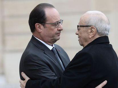 El presidente francés Hollande abraza al presidente tunecino, Beji Caid El Sebsi, en París, el 14 de noviembre de 2015.