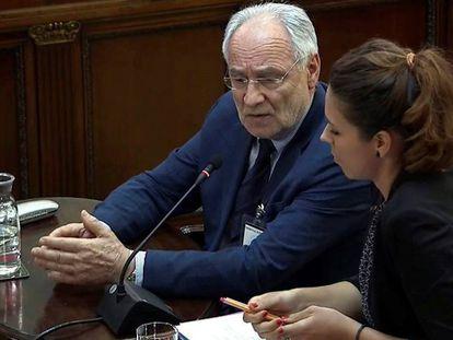 FOTO: El eurodiputado esloveno Ivo Vajgl, este lunes durante la sesión del juicio del procés. / VÍDEO: La declaración del diputado alemán Andrej Hunko en la sesión de este lunes.