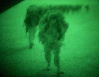 Foto, realizada con cámara de visión de nocturna, de un soldado británico durante la guerra de Irak.