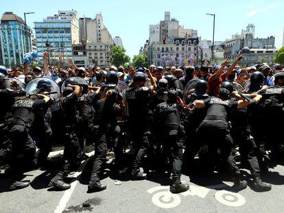 Incidentes entre los fanáticos y la policía en el velatorio de Diego Maradona, en Buenos Aires, este jueves.