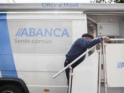 Oficina móvil de Abanca en Albarellos de Monterrei (Ourense).
