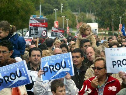 Protesta en Castelldefels contra la tercera pista de El Prat, en 2005.
