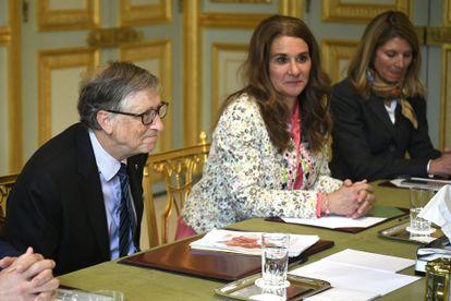 Bill Gates, junto a Melinda, cofundadora de la fundación que lleva el nombre de ambos en el Palacio del Elíseo en París durante una reunión en abril de 2018.