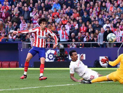 João Félix anota el segundo gol del Atlético ante el Sevilla.