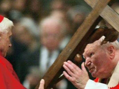 El papa Juan Pablo II (derecha) junto al entonces cardenal Joseph Ratzinger, en 2004.