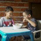 Samuel, de siete años, y Daniel, de cinco, son dos hermanos que viven en la periferia de São Paulo, en Brasil. Desde que su colegio cerró,  comen lo mismo todos los días desde que su escuela cerró: arroz y frijoles con huevo o un embutido