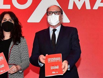 Gabilondo y la coordinadora de su campaña, Mónica Carazo, muestran el programa de Gobierno de los socialistas este jueves.