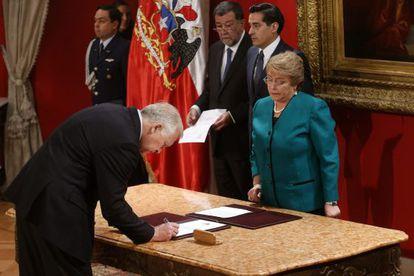 El exministro de Defensa de Chile, Jorge Burgos, firma como nuevo ministro del Interior.