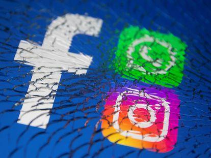 Los logos de WhatsApp, Facebook e Instagram se aprecian en una pantalla rota.
