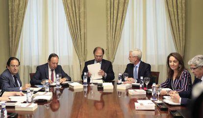 El presidente del Senado, Pío García-Escudero, preside la reunión de La Mesa del Senado.