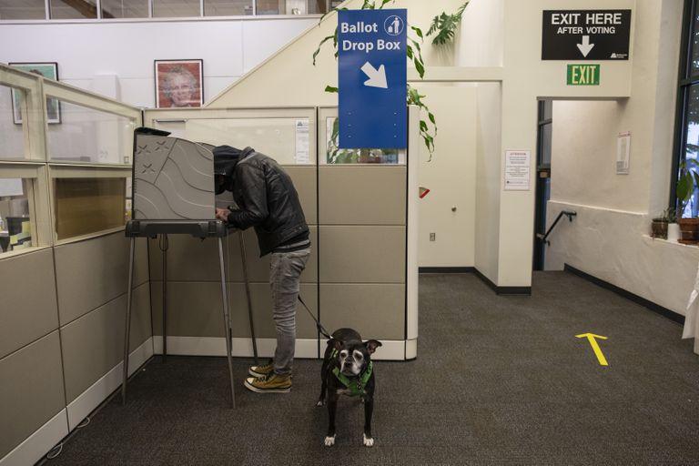 Un hombre vota en Portland, Oregón, este martes.