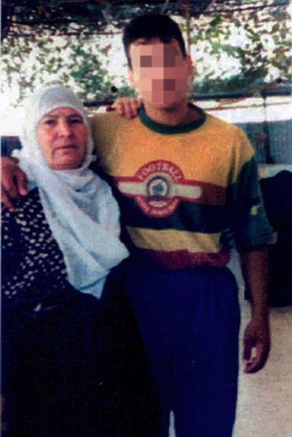 El palestino Walid Ibrahim Hijazi con su madre en Jan Yunes, en Gaza, antes de marcharse a los 18 años.