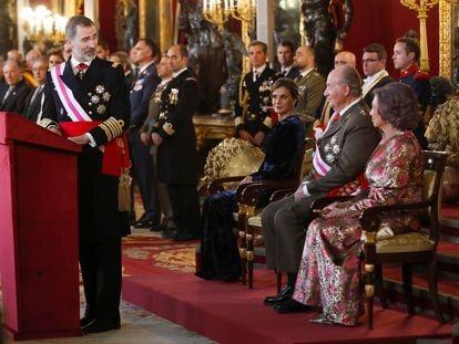 El Rey Felipe V, junto a la Reina Letizia, y los Reyes eméritos Juan Carlos y Sofía, en el Palacio Real.