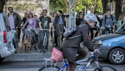Carril bici en la plaza Tetuán de Barcelona.