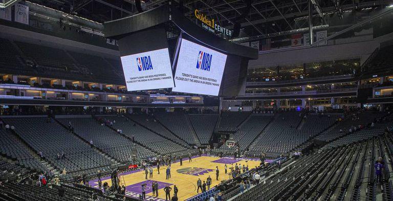 Vista del Chesapeake Energy Arena, estadio de los Oklahoma City Thunder, con el anuncio en los videomarcadores de la suspensión del partido ante los Utah Jazz.