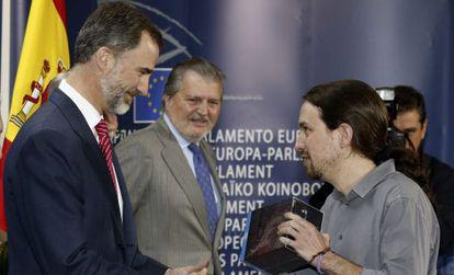 Felipe VI recibe de manos de Iglesias 'Juego de Tronos'.