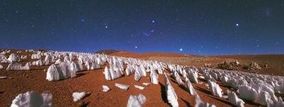 Los penitentes se forman por sublimación del hielo en una compleja interacción entre porciones heladas de distinta densidad y pureza. En la imagen, estas formaciones orientadas hacia el Sol en el desierto de Atacama, Chile.