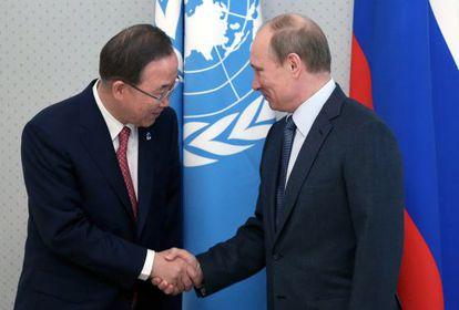 Putin saluda a Ban Ki-moon en Sochi este viernes.