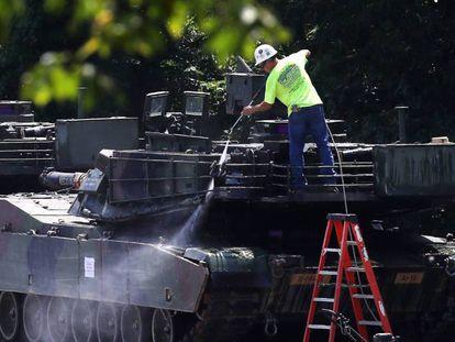 Un trabajador limpia uno de los dos tanques M1A1 Abrams.