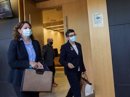La exministra de Exteriores, Arancha González Laya (a la derecha), a su salida del Juzgado de Instrucción número 7 de Zaragoza, este lunes.