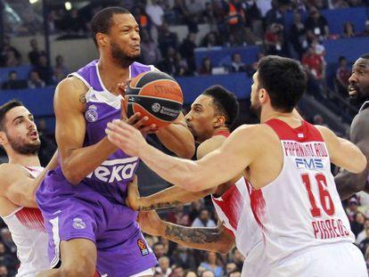Randolph rodeado de defensores de Olympiacos