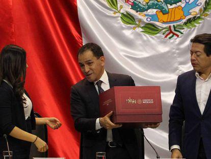 El Secretario de Hacienda entrega el Presupuesto en la Cámara de Diputados.