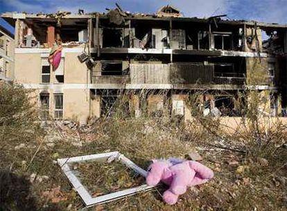 Estado en que se quedó el edificio la madrugada del miércoles cuando se produjo la explosión de gas, en Gavà.