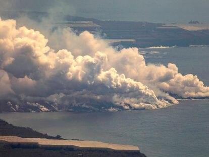 Vista general de la nube tóxica formada por el contacto de la lava del volcán de Cumbre Vieja con el mar, a 30 de septiembre de 2021, en La Palma,