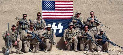 Imagen de septiembre de 2010 en la que el grupo de marines posa con una bandera nazi.