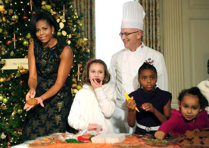 Michelle Obama, cocinando junto a hijos de militares en la Casa Blanca, en 2010.