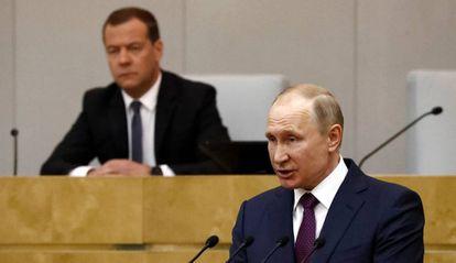 El presidente ruso, Vladímir Putin, y el primer ministro de Rusia, Dmitri Medvédev este martes en Moscú.