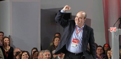 Gaspar Zarrías saluda tras ser elegido miembro de la ejecutiva.