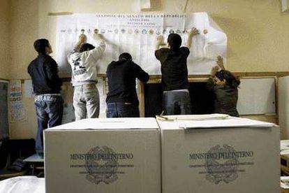 Unos empleados preparaban anoche un colegio electoral en una zona céntrica de Roma.