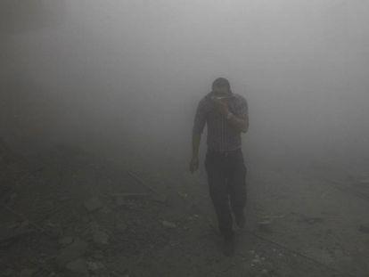 Ataque lanzado desde un avión de combate del régimen sirio en Raqa, en 2013.