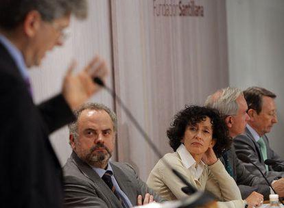 Ignacio Polanco y Mercedes Cabrera siguen la conferencia de Fernando Reimers.