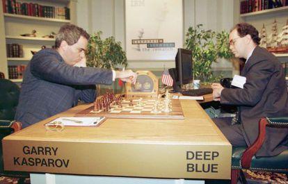 Enfrentamiento entre el campeón del mundo de ajedrez, Gary Kasparov y el superordenador de IBM 'Deep Blue', en Nueva York. En la imagen, Kasparov (izda), hace su segundo movimiento en la  la sexta y última partida, ante la máquina manejada por Joe Hoane. El enfrentamiento fue ganado por la máquina.