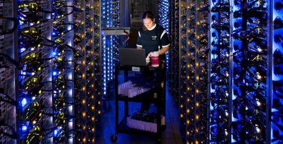 Una técnica de Google trabaja en un centro de datos en Estados Unidos.