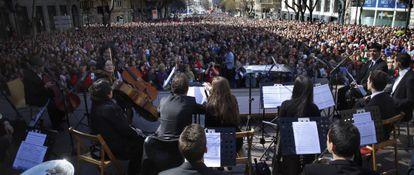 """Miles de personas escuchan en la calle de Alcalá a la orquesta sinfónica en marzo de 2014, tras la manifestación """"Todos somos cultura""""."""