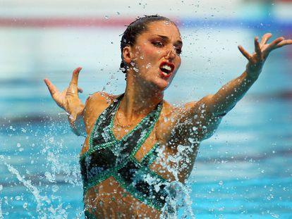 Andrea Fuentes compitiendo en la rutina técnica del Campeonato de Europa de Natación.