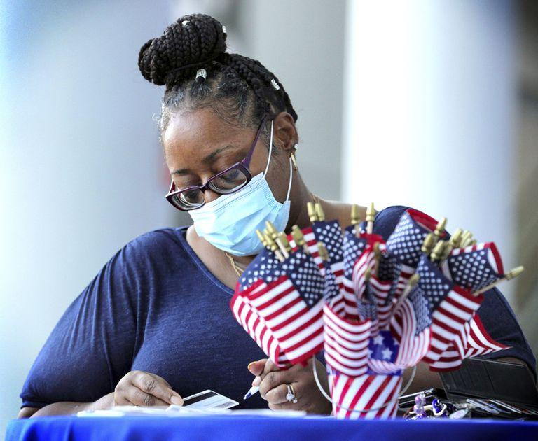 Una mujer se registra para votar el pasado 22 de septiembre durante el Día Nacional de Registro de Votantes, en Florida.