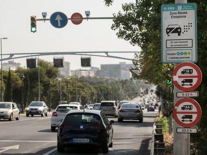 Un cartel en la avenida Diagonal avisa del inicio de la Zona de Bajas Emisiones de Barcelona, este viernes.
