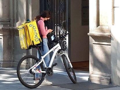 "Una ""rider"" ante un portal en Barcelona. Foto: Alfonso L. Congostrina"