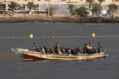 Un cayuco con unas 80 personas a bordo, en su llegada este lunes al puerto de Los Cristianos, en el sur de Tenerife.