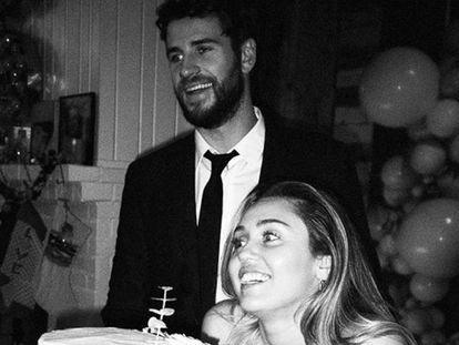 Miley Cyrus y Liam Hemsworth, el día de su boda, en una imagen distribuida por la cantante en su cuenta de Instagram.